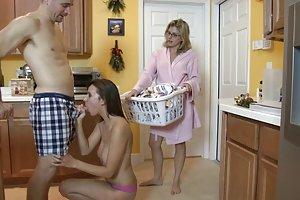 חזה גדול בוגרת במקלחת